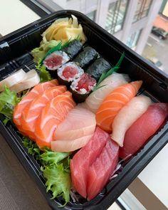 Most fresh Sushi around Think Food, I Love Food, Good Food, Yummy Food, Sushi Recipes, Asian Recipes, Healthy Recipes, Ethnic Recipes, Snacks Japonais