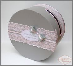 Urne mariage shabby chic, romantique, gris et rose, dentelle, nœud, ruban      /      wedding card box shabby chic pink and grey with lace, bow and ribbon.  #urnegrisrose #urnedentelle #weddingcardboxpinkgrey #weddingcardboxlace #weddingcardboxshabbychic #urneshabbychic #pinkgrey #grisrose #bow