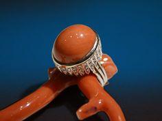 Anello con montatura in stile di pasticca in corallo