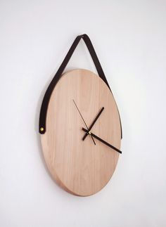 Diy wood wall clock with leather strap / Poppytalk: weekend projects Diy Wall Decor, Diy Home Decor, Minimalist Wall Clocks, Mur Diy, Diy Clock, Clock Ideas, Clock Wall, Diy Wall Clocks, Hanging Clock
