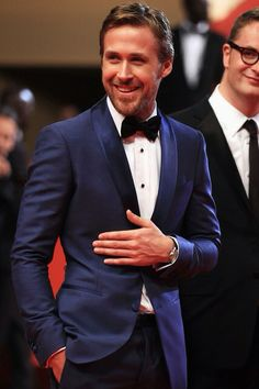 Ryan Gosling in a Sleek blue tux. Ryan wears the color blue so well. And for formal wear it is such a nice change from the standard black. The color blue is where it's at and Ryan Gosling is certainly pulling it off here. Traje Black Tie, Blue Suit Black Tie, Navy Blue Tux, Royal Blue, Black Tuxedo, Black Ties, Blue Gold, Black White, Gorgeous Men