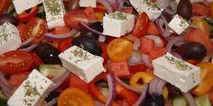 Vidunderlig græsk salat med blandt andet saftig vandmelon, delikate oliven og skønne tomater. En rigtig lækkerbisken af en salat.