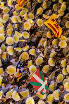 Ambient a peu de carrer i des de dalt d'un balcó de la Diada 2016 a Berga. Catalonia Fotos: Francesc Muntada