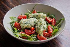 Basilikum Gries Nockerl mit Salat