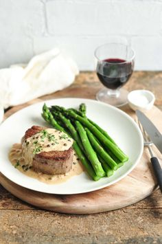 A delicious Steak with Peppercorn Sauce (Steak au Poivre) which can be made in 30 minutes! Use beef fillet or filet mignon for a delicious treat with this easy and creamy peppercorn sauce. Creamy Peppercorn Sauce, Peppercorn Steak, Green Peppercorn, Steak Recipes, Cooking Recipes, Sauce Recipes, Cooking Tips, Risotto, Steak Au Poivre