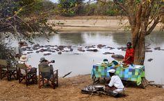 Frühstück im Busch neben Hippos im Fluss