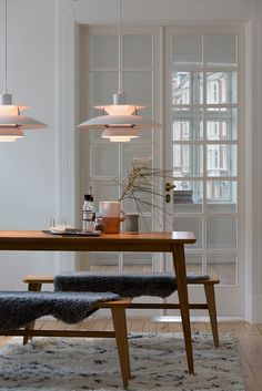Vintage Scandinavian Louis Poulsen Pendant Warmly Lights White Dining Room with Wood Table - Eclectic Home Decor Danish Interior Design, Nordic Interior, Danish Design, Scandinavian Interiors, Interior Colors, Interior Livingroom, Top Interior Designers, Scandinavian Style, Pallet Patio Furniture