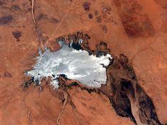Reflexo do sol em um lago no deserto é registrado em foto de Scott Kelly