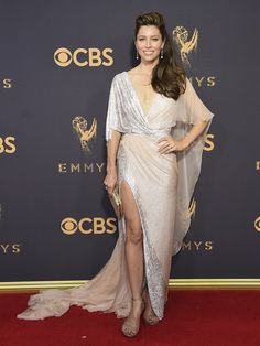 Mezi méně prvoplánové, ale přesto dost odhalující modely, patřily šaty, které oblékla Jessica Bielová.