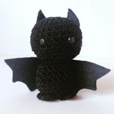 Piccolo pipistrello nero amigurumi di Halloween, con ali in feltro, fatto a mano all'uncinetto, by La piccola bottega della Creatività, 9,50 € su misshobby.com