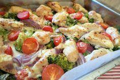 Hei! Dere er som regel på utkikk etter sunne, gode, raske og enkle middager, og her har dere en smakfull form med kylling, grønnsaker og baconost (som gir en litt krema, smakfull saus) servert med søtpotetmos. Knallgodt og en heilt super kvardagsmiddag som lages kjapt: Du trenger, 3-4 porsjoner 600-800 g kyllingfilêt 3-4 store søtpoteter … Cooking Recipes, Healthy Recipes, Recipes From Heaven, Pasta Salad, Potato Salad, Healthy Living, Food Porn, Food And Drink, Yummy Food