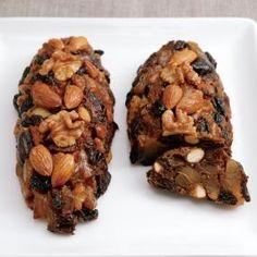 ベラベッカは洋梨のパンという意味で、アルザス地方に古くから伝わる代表的なクリスマスのお菓子です。 自家製のフルーツ漬けに洋梨と香り高いスパイスをプラスして作りました。イースト生地はつなぎ程度、甘みが凝縮されたジューシーなフルーツをかためてそのまま食べているような濃厚でぜいたくな味わいです。