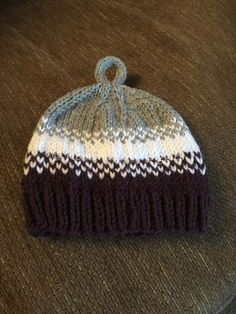 I get a lot of Moms asking me to recommend a hat pattern for baby boys. - I get a lot of Moms asking me to recommend a hat pattern for baby boys. Something totally cute and classic, but also manly! This FREE pattern is my go. Baby Hat Knitting Pattern, Baby Boy Knitting, Baby Hat Patterns, Beanie Pattern, Knitting For Kids, Loom Knitting, Baby Sewing, Knitting Projects, Crochet Pattern