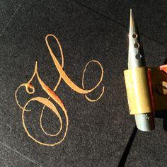 321 отметок «Нравится», 33 комментариев — Sue (@oliveleafcalli) в Instagram: «Shining, shimmering, splendid. Trying to capture gold ink dancing in the sunlight. #calligraphy…» Copperplate Calligraphy, Calligraphy Alphabet, Penmanship, Calligraphy Fonts, Chicano Lettering, Tattoo Lettering Fonts, Typography Fonts, Letter A Crafts, Tatoo