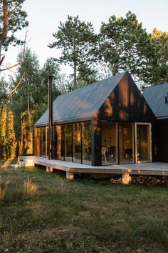 Cottage designed by RUBOW architects / Photos o. - Cottage designed by RUBOW architects / Photos o. Architecture Renovation, Architecture Design, Cabins In The Woods, House In The Woods, Modern Barn, Modern Farmhouse, Modern Cottage, Cottage Design, House Design