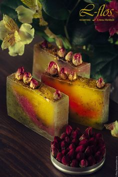 Купить или заказать Мыло 'Мятная роза' ручной работы в интернет-магазине на Ярмарке Мастеров. В составе: Масло жожоба отличается высоким содержанием витамина Е, что определяет его антиоксидантное, противовоспалительное, регенерирующее свойство. Устраняет покраснения кожи, отечность, жжения. Обладая нормализующими свойствами, масло полезно как для сухой, так и для жирной кожи. Эффективно при стареющей, утомленной, дряблой коже, морщинах вокруг глаз, для лечения проблемной кожи, угревой...