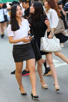 More photographs of young Far East Asian ladies wearing extremely tight skirts - this time showcasing the tight skirt style of Asian office . Beautiful Girl Image, Beautiful Legs, Cute Asian Girls, Beautiful Asian Girls, Pencil Skirt Work, Business Outfits Women, Sexy Skirt, Asian Fashion, Sexy Legs