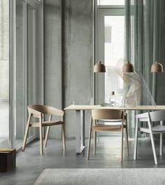 30 Nice Scandinavian Dining Room Decor Ideas - Now it is easy to dine in style with traditional Swedish dining chairs. Entertain friends as well as show off your wonderful Swedish home furniture. Dining Room Design, Dining Room Chairs, Oak Chairs, Dining Tables, Design Table, Patio Dining, Lounge Chairs, Side Tables, Chair Design