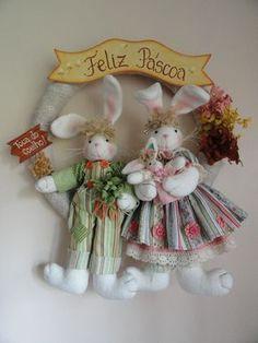Guirlanda de coelhos. Confeccionada com melton e tecido 100% algodão. Eles são um charme e estão esperando a chegada da Páscoa com muita alegria e amor no coração. Tamanho: 42 cm (largura) x 51 cm (altura)