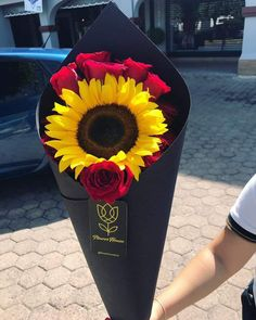 52 Ideas for gifts flowers bouquet floral arrangements Sunflowers And Roses, My Flower, Red Roses, Beautiful Flowers, Hippie Chic, Hippie Style, Sunflower Bouquets, Sunflower Fields, Sunflower Wallpaper