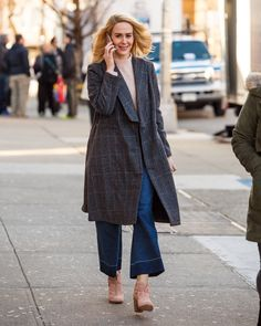 Tammy (Sarah Paulson) puts her suburban life on pause for this one last job. Her style is practical enough for running errands or taking care of her children Ocean's Eight, Pink And Red Dress, Los Angeles Film Festival, Todd Haynes, Oceans 8, American Crime Story, Character Costumes, New York Street, Costume Design