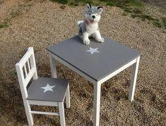 Je vous propose cet ensemble vintage pour enfant constitué dune table et dune chaise, en bois. Jai patiné le dessus de la table et lassise de la chaise en coloris taupe, étoile blanche au pochoir sur le dessus de la table et sur lassise de la chaise Dimensions de la table environ :
