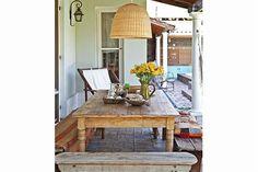 Una casa vintage para que te inspires  Afuera, una mesa grande para recibir amigos y familia.