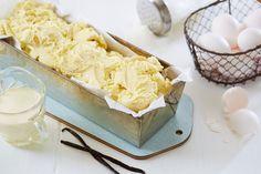 Lag din egen vaniljeis! Denne grunnoppskriften på iskrem er enkel å lage, og den kan smakes til med dine favorittsmaker. Ice Cake, Popsicles, Dairy, Food And Drink, Pudding, Ice Cream, Treats, Cheese, Snacks