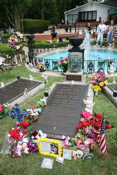This Day in History: Two legends die - Babe Ruth & Elvis Presley Small American Flags, Elvis Presley Family, Graceland Elvis, Famous Graves, Lisa Marie Presley, Memphis Tennessee, Babe Ruth, Funeral, Music