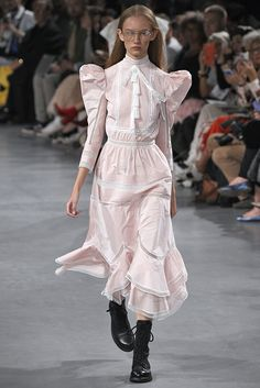 Fashion Week Paris Spring/Summer 2019 look 43 from the John Galliano collection womenswear Haute Couture Style, Couture Mode, Couture Fashion, Runway Fashion, New Fashion Trends, Big Fashion, Retro Fashion, Fashion Show, Vintage Fashion