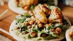 Stek z kalafiora to pyszny pomysł na obiad dla tych, którzy nie jedzą mięsa lub chcą spróbować czegoś nowego. Kalafior sprawdzi się jako danie dla osób na diecie czy dla dzieci. Szukasz ciekawego pomysłu na to białe warzywo? Sprawdź nasze propozycje.
