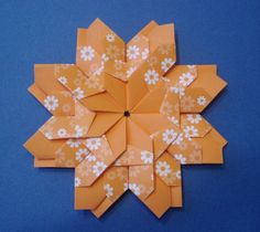 CARLA ONISHI shows a nice tutorial for this fold using a square tile Instruções Origami, Origami Paper Art, Origami Stars, Paper Crafts, Iris Folding, Paper Folding, Origami Diagrams, Star Flower, Card Making Techniques