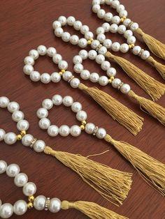 Diy Crafts To Do, Handmade Crafts, Beaded Napkin Rings, Beaded Bracelets, Bracelet Making, Jewelry Making, Fabric Display, Napkin Folding, Wine Glass Charms