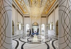 這週唯一的週日休假,稍微讓心歇息,我們欣賞世界頂級五星文華東方酒店的設計之美吧! 經典的室內裝潢融合當代設計風格,彷彿重新定義奢華酒店的標準。 大廳採用大理石鋪陳華麗優雅的氣派,水晶吊燈的垂墜顯得氣勢十足。餐廳與下午茶空間以細膩優雅的姿態轉換各種料理屬性的氛圍。 #台北文華東方公共空間 via Mandarin Oriental Taipei