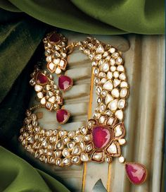 Bridal uncut Kundan set.  Pinterest • @KrutiChevli
