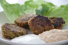 Wie mache ich Falafel? Mit Kichererbsen, im Thermomix und vor allem: nach diesem Rezept. Das schmeckt nämlich - am besten mit Hummus. Das Thermomix Rezept gibt es in voller Länge und samt allen Tipps auf meinem Blog_ http://www.meinesvenja.de/2013/01/23/falafel-rezept/