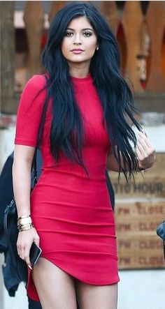 Latest trend in hair: Are you ready for navy blue hair? The popularity of navy blue hair is increasing! We are used to blue hair, pink, what about navy blue? Moda Kylie Jenner, Kylie Jenner Dress, Kylie Jenner Style, Trends 2016, Neue Trends, Celebrity Dresses, Celebrity Style, Navy Blue Hair, Little Red Dress