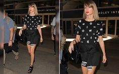 Com look P&B, Taylor Swift é vista usando vestido com seu nome estampado - Moda - CAPRICHO