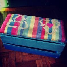 Olha que lindo o novo banquinho caixote degrade com estofado em camurça e estampa exclusiva!