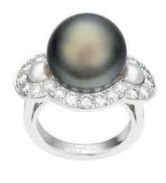 Van Cleef & Arpels Bora Bora ring in white gold, with a grey cultured pearl and diamonds