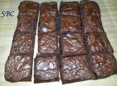 LUNCHROOM BROWNIES Year Old Recipe Ingredients: 1 cup butter cup cocoa 2 cup flour ( use self rising flour) 2 cup sugar 4 eggs 4 tsp vanilla 1 c chopped nuts (optional) Mix all ingredients together and Pour in pan, bake mins on Check at 20 mins Cookie Desserts, Just Desserts, Delicious Desserts, Dessert Recipes, Yummy Food, Healthier Desserts, Dessert Ideas, Cake Ideas, Old Recipes