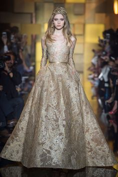 pearls, sequins, 900 flowers, 500 petals makes one Elie Saab dress. We give you a hint of how behind the scenes of making a Elie Saab dress might look like. Elie Saab Couture, Haute Couture Dresses, Couture Mode, Style Couture, Couture Fashion, Runway Fashion, Sporty Fashion, Diy Couture, Mod Fashion