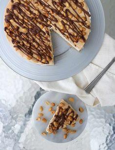 Sukkerfri snickers iskake - LINDASTUHAUG Waffles, Food And Drink, Cooking Recipes, Snacks, Breakfast, Diabetes, Recipies, Morning Coffee, Appetizers