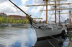 HMS Najaden från 1897 är en av världens minsta fullriggare och ligger i Nissan utanför Halmstad slott. Hon användes för seglingsutbildning av unga skeppsgossar fram till 1938.