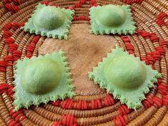 I ravioli di ricotta e ortiche sono una ricetta di Loredana Farci che esalta il sapore della ricotta fresca e delle ortiche appena raccolte. Ricotta, Pasta, Meals, Pasta Recipes, Pasta Dishes