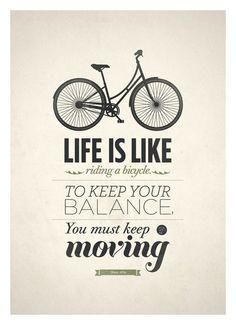 La vida es como andar en bicicleta. Para mantener tu balance, debes mantenerte en movimiento.