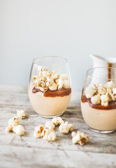 Caramel Cheesecake Mousse (with Caramel Corn) Salted caramel sea salt mousseSalted caramel sea salt mousse Köstliche Desserts, Delicious Desserts, Dessert Recipes, Yummy Food, Tasty, Parfait Desserts, Pudding Desserts, Plated Desserts, Dinner Recipes