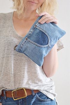 This trendy denim with cotton lining and plastic zipper is great for your everyday essentials. Perfect for carrying keys, mobile phone, lipstick and much more. Made from high quality blue jeans (recycled - upcycled) with great attention to detail and pass Mode Jeans, Jeans Bleu, Jean Diy, Estilo Denim, Denim Purse, Denim Ideas, Denim Crafts, Jeans Rock, Recycled Denim