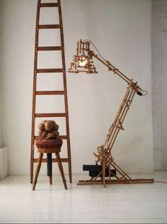 """Dans """"A Brave New World"""" de @moooi, l'imagination est libre de produire une lampe complexe avec des matériaux simples, traduisant l'âme chaleureuse du bois de chêne d'une manière mécanique. Visitez notre site web pour plus de détails. Free Standing Lamps, Brave, Interior Architecture, Interior Design, Standard Lamps, Luminaire Design, Wooden Lamp, Street Lamp, Art Furniture"""