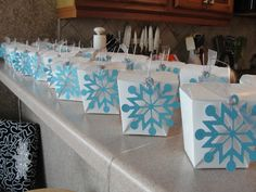Frozen Birthday Party: Blue and white Christmas snowflake party favors Disney Frozen Party, Frozen Birthday Party, Winter Birthday Parties, Frozen Theme Party, Holiday Parties, Holiday Treats, Ice Skating Party, Skate Party, Schnee Party
